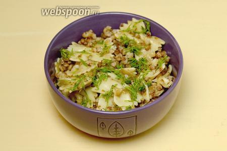 Подаём, посыпав мелко нарезанным укропом. Можно вместе подать курицу или салат из овощей, но и автономным блюдом каша очень вкусна.