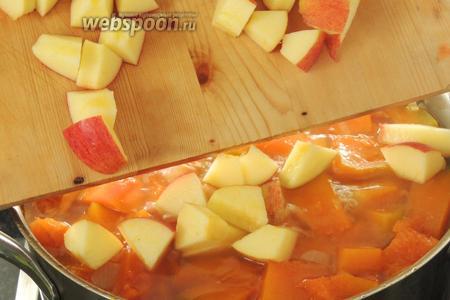 Очищаем от сердцевинки и семечек яблоки. Нарезаем тоже на крупные кубики и отправляем в суп. Проварим около 5 минут, закрыв крышкой, и убавив огонь после закипания.