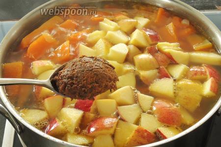 Затем добавим в кастрюлю с овощами концентрированный бульон. Хорошо перемешаем и оставим на малом огне ещё пару минут повариться. Убираем с огня и дадим немного настояться, около 30 минут.