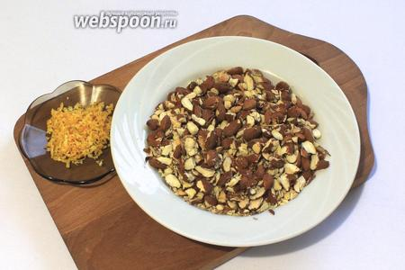 Орехи подсушить и крупно порубить ножом. Натереть с лимона цедру, понадобится 1 чайная ложка.