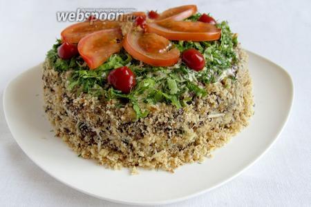 Верх торта украсить зеленью, помидорами. Бока обсыпать орехами. Торт из баклажанов с помидорами и сыром готов. Приятного аппетита!