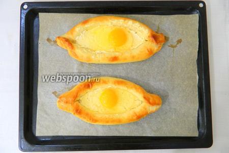 Или в каждый хачапури выкладываем по кусочку сливочного масла, вбиваем по одному яйцу.