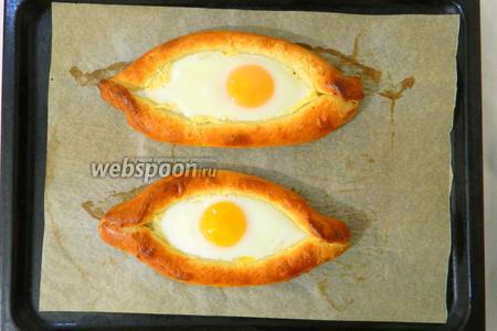 Запекаем ещё 5 минут. Надо чтобы яйцо только схватилось и не пересохло.