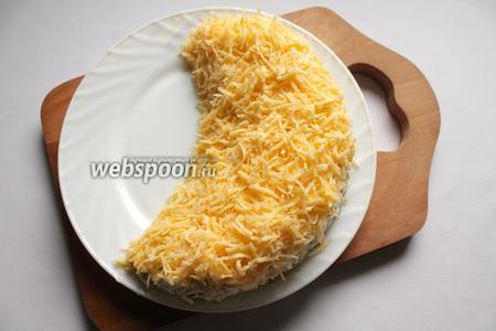 Сыр натереть на средней тёрке и обсыпать серединку дольки.