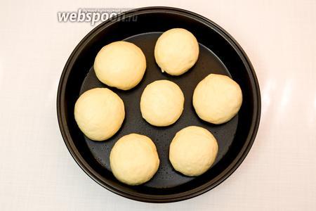 Смажем форму подсолнечным маслом и выложим наши булочки. Накроем полотенцем и оставим в тёплом месте на 20-30 минут.