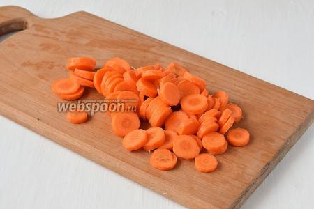 Морковь очистить и нарезать кружочками.