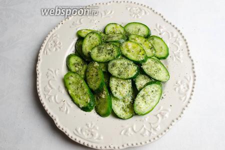 Сухую мяту перетереть в порошок и посыпать салат. Дать настояться минут 5-7, можно подавать к обеду, ужину.