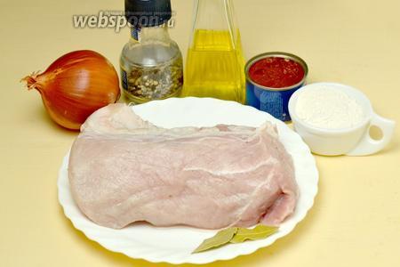 Для приготовления гуляша нам понадобятся такие ингредиенты: мякоть свинины, лук, томатная паста, мука, подсолнечное масло, соль, перец, лавровый лист.