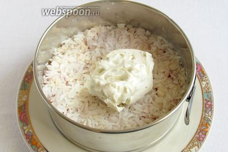 Поверх выложить вторую половину риса и снова промазать оставшимся кремом. Все слои хорошо утрамбовывать и прижимать. Поставить торт в холодильник хотя бы на 40 минут.