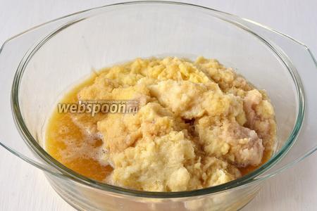 Картофель очистить и натереть на мелкой тёрке. Лишнюю жидкость аккуратно слить так, чтобы крахмал остался с картофелем.