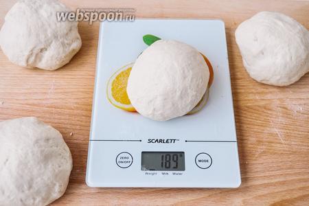 После второго подъёма в холоде тесто вынуть, разделить на 4 шарика и дать им подойти.