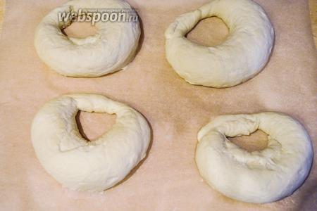 Выложить калачи подходить на пекарскую бумагу, чтобы калачи не сохли, сбрызнуть водой из спрея.