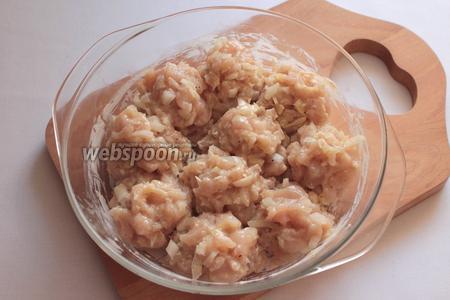 Форму смазать сливочным маслом. Сформировать шарики, обвалять в муке и уложить в форму. Запекать 20 минут при 180°C.