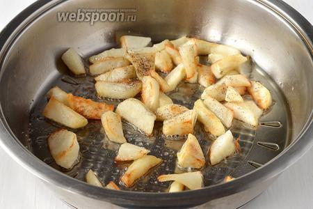 Только теперь сдобрить топинамбур солью и чёрным молотым перцем. Выключить огонь, накрыть  сковороду крышкой и оставить на 3-4 минуты.