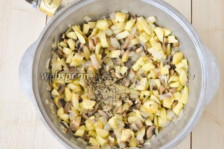 Добавляем соль, перец, розмарин, перемешиваем всё и тушим 2 минуты.