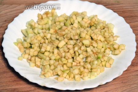Зеленое яблоко очистить от кожуры, также мелко порезать и полить лимонным соком.