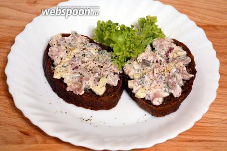 Получившийся тартар выложить на кусочки чёрного хлеба. Украсьте по желанию зеленью и ломтиками редиса.