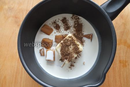 Смешайте в ковшике сливки, масло, разломанные на кусочки конфеты, корицу и ваниль.