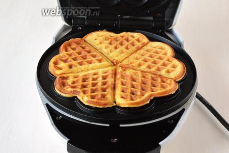 Вафельницу смазать подсолнечным маслом и выпекать вафли до готовности (приблизительно 1 минута).