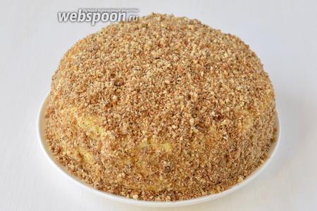 Обрезки коржей (если их вышло мало — добавить ещё 4-5 столовых ложек грецких орехов) измельчить в кухонном комбайне (насадка — металлический нож). Покрыть верх и бока торта образовавшейся крошкой.  Торт «Диво дивное» готов.