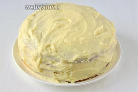 Покрыть массой верх и бока торта.