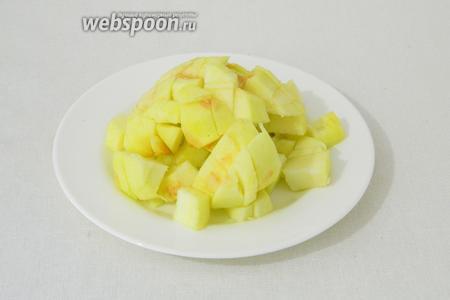 Яблоко очищаем от кожуры и нарезаем кубиками.