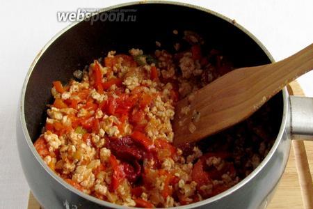 Когда фарш и овощи станут мягкими добавить чайную ложку томатной пасты. На самом деле, требуется перечная паста, но у меня её не было и я заменила томатной. Получилось не чуть не хуже.