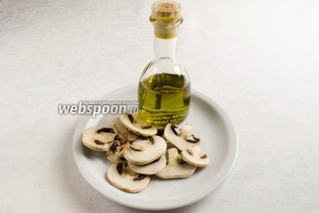 Чтобы приготовить блины с припёком, сначала приготовим продукты для запекания. Припёк грибной: шампиньоны резаные, масло оливковое.