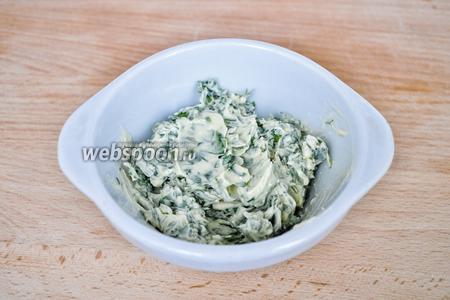 Смешаем мягкое масло с мелко нарезанной зеленью, добавим чеснок пропущенный через пресс и посолим по вкусу.
