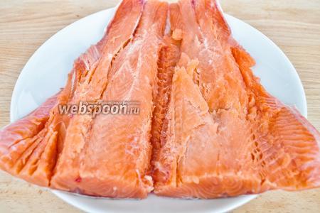 Рыбу почистить, удалить все кости. Для этого пирога возьмем  хвост рыбы, так легче сформировать пирог в форме рыбы.