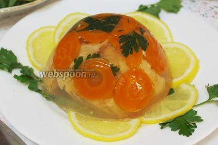 Когда заливное застынет, опустить каждую формочку в горячую воду и опрокинуть на тарелку или блюдо. Украсить лимоном и зеленью петрушки. Подавать на закуску, лучше с хреном и лимоном.