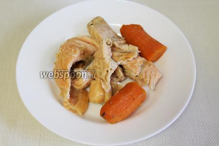 Рыбу освободить от косточек и использовать для супа, а немного отварной моркови оставить для украшения заливного.