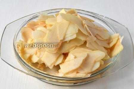 Яблоки очистить и нарезать очень тонкими пластинками.