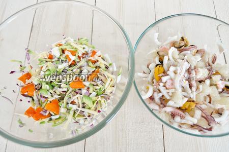 Соединить овощную и морепродуктовую смеси.