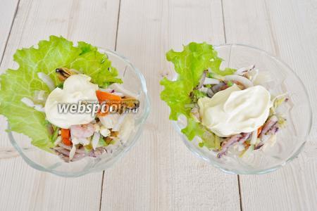 Выложить 2/3 салата и майонез, примерно 1 столовую ложку на порцию, не мешать. Салат потом будет размешивать тот, кто будет его кушать.