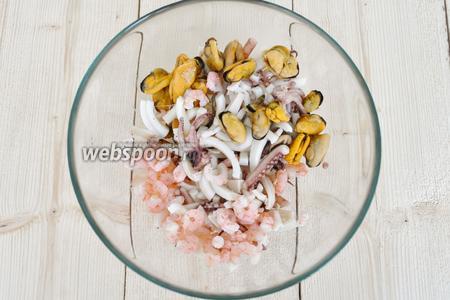 Кальмары нарезать соломкой, все морепродукты сложить в миску и перемешать.