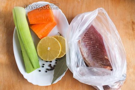 Подготовьте необходимые ингредиенты: рыбный суповой набор (я использовала оставшиеся части после разделки туши нерки) или целую небольшую рыбу, морковь, лук-порей (зелёная и светло-зелёная часть), лимон, лавровый лист, чёрный перец и душистый перец.