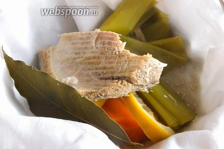 Готовый бульон процедите через чистую ткань и посолите по вкусу. Рыбу можно разделать и использовать в салатах или в качестве начинки для пирога.