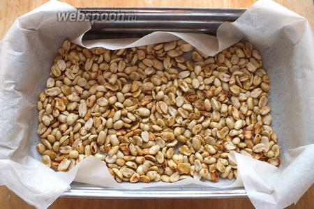 Выложите орешки на противень, застеленный пекарской бумагой и подсушите в хорошо разогретой духовке 5-6 минут до золотистого цвета.