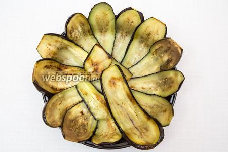 Выкладываем баклажаны в круглую форму в форме «цветка».