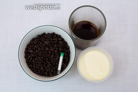 Приготовим глазурь. Ингредиенты: кофе растворим в кипятке, сливки, чёрный шоколад (у меня шоколадные капли), ванилин.