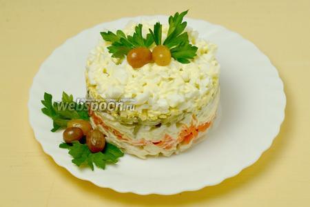 Снимаем кольцо и украшаем салат по своему усмотрению. Я использовала листики петрушки и маринованный виноград. Так как почти все ингредиенты достаточно сочные, слои пропитываются быстро, поэтому можно сразу подавать на стол.