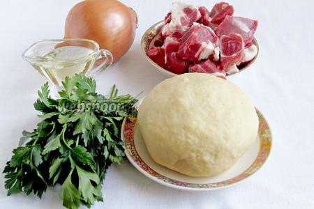 Для приготовления чебуреков с бараниной нам потребуются:  есто заварное т, масло растительное, мякоть баранины с жиром, лук, соль и чёрный перец.