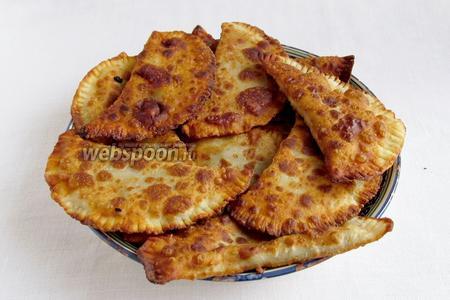Складывайте готовые чебуреки на тарелку и подавайте сразу же, пока горячие.