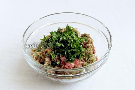 Измельчить баранину вместе с луком и частью зелени. Половину зелени добавить в рубленом виде в готовый фарш. Посолить по вкусу, добавить чёрный перец.