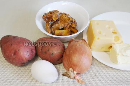 Для приготовления блюда нужно взять картофель, грибы (у меня замороженные), масло, лук, яйцо, копчёную грудинку, сыр, сметану.