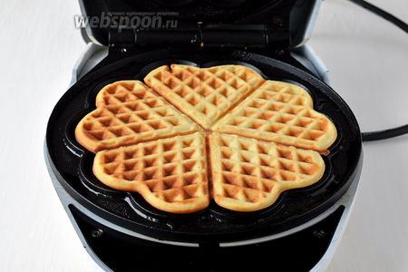 Вафельницу разогреть и выпекать вафли до готовности, выложив на середину смазанной вафельницы 3-4 столовых ложки теста.