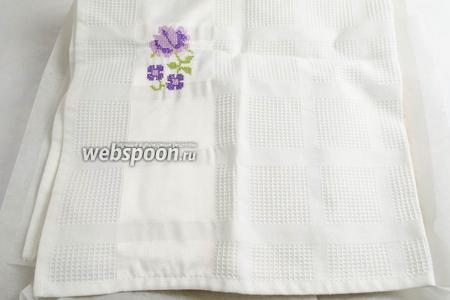 Накрыть корж новым листом пекарской бумаги. Сверху положить лёгкое полотенце. Остудить.