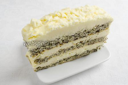 Разрезать на порции удобнее в холодном виде. Подавать пирожные на десерт охлажденными.