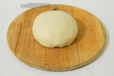 Вымешиваем его руками в течении 10 минут, оно начнёт блестеть и станет эластичным. Такое тесто накрываем тканью и оставляем на 30 минут. В промежутке ещё раз вымешиваем минут 5.